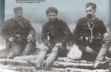 Ο Τέλλος Άγρας (κέντρο) με τους Σάρρο (αριστερά) και Νικηφόρο (δεξιά)