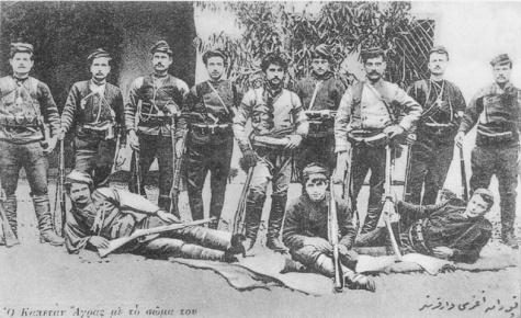 Ο Τέλλος Άγρας με υπόλοιπους μακεδονομάχους