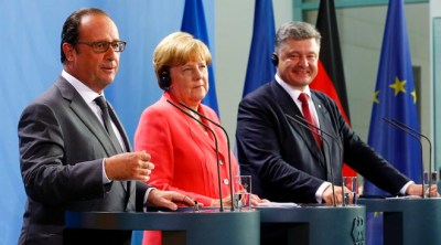 German Chancellor Angela Merkel, French President Francois Hollande (L) and Ukrainian President Petro Poroshenko speak to media after their meeting in the Chancellery in Berlin, Germany, August 24, 2015. REUTERS/Axel Schmidt  - RTX1PI36