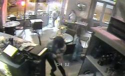 Ο 26χρονος Σαλάχ Αμπντεσλάμ μπαίνει στο καφέ και εκτελεί τον έναν μετά τον άλλο