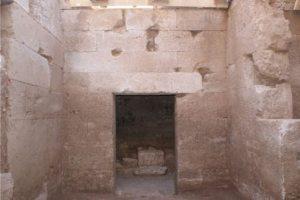 Ένας νέος μακεδονικός τάφος, με τέσσερις θαλάμους, ήρθε στο φως εντός του σύγχρονου οικισμού της Πέλλας κατά τη διάρκεια του έργου «Κατασκευή Δικτύων Αποχέτευσης Πέλλας - Ν.Πέλλας», που υλοποιείται από τον Δήμο Πέλλας με χρηματοδότηση του ΕΣΠΑ 2007-2013. Όπως πληροφορεί το υπουργείο Πολιτισμού και Αθλητισμού με ανακοίνωσή του, «το ενδιαφέρον στο νέο μακεδονικό τάφο της Πέλλας είναι η αρχιτεκτονική μορφή του, αφού εκτός από το κεντρικό σκέλος, με προθάλαμο και κυρίως θάλαμο, διαθέτει δύο ακόμη πλευρικούς θαλάμους που ανοίγονται στη βόρεια και νότια πλευρά του προθαλάμου». Ο τάφος, που συλήθηκε στην αρχαιότητα όπως και οι περισσότεροι τέτοιοι τάφοι, ανήκει, σύμφωνα με τα κινητά ευρήματα (λυχνάρια και ειδώλια) που βρέθηκαν στο εσωτερικό του, στο α' μισό του 3ου αι. π. Χ. Συγκεκριμένα, όπως σημειώνει το ΥΠΠΟΑ, «από το κεντρικό σκέλος (σσ. του τάφου) με ύψος τοίχων 2,50 μ. έχει καταστραφεί η καμαρωτή οροφή. Αντίθετα οι καμάρες των πλευρικών θαλάμων σώζονται σε άριστη κατάσταση. Στο εσωτερικό του νότιου πλευρικού θαλάμου υπάρχει λίθινο βάθρο, πάνω στο οποίο είχε τοποθετηθεί η κλίνη του νεκρού ή της νεκρής. Η είσοδος του αντικρινού βόρειου θαλάμου προστατευόταν με φράγμα, από το οποίο διατηρείται η κατώτερη λιθόπλινθος. Ο δρόμος και η πρόσοψη του τάφου, που βρίσκονται στα ανατολικά, δεν στάθηκε δυνατό να ερευνηθούν στην παρούσα φάση. Όμως, όπως συμπεραίνεται από τα πεσμένα αρχιτεκτονικά μέλη η πρόσοψη αναμένεται να έχει μνημειακή διαμόρφωση με αετωματική επίστεψη. Το θυραίο άνοιγμα του προθαλάμου έκλεινε με ξύλινη θύρα ύψους 2,78 μ και πλάτους 1,30 μ.». Ο μακεδονικός τάφος, όπως και άλλοι δεκαοκτώ κιβωτιόσχημοι και κεραμοσκεπείς τάφοι του ανατολικού νεκροταφείου της Πέλλας, πρωτεύουσας του μακεδονικού βασιλείου, που αποκαλύφθηκαν κατά τις εκσκαφές, ερευνήθηκαν από την Εφορεία Αρχαιοτήτων Πέλλας από τον Οκτώβριο του 2014 έως και τον Δεκέμβριο του 2015. Η δαπάνη εξασφαλίστηκε μέσω υποέργου αυτεπιστασίας που εκτελείτο παράλληλα με το κυρίως τεχνικό έργο.