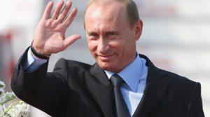 Το 2015, ο Ρώσος Πρόεδρος Βλαντιμίρ Πούτιν άγγιξε μια ολόκληρη σειρά από επείγοντα διεθνή ζητήματα και φαίνεται ότι ο κόσμος ήταν έτοιμος να ακούσει, καθώς κάθε παρατήρηση που έκανε, γινόταν παγκόσμιο πρωτοσέλιδο. Εδώ είναι μια λίστα με μερικά από τα πιο σημαντικά σχόλια του Πούτιν σε σημαντικές περιπτώσεις στη διάρκεια του έτους, συμπεριλαμβανομένων των συναντήσεων του με ανώτερους ξένους αξιωματούχους, το διάγγελμά του στη ρωσική Άνω Βουλή, καθώς και συνεντεύξεις και ομιλίες σε συνεντεύξεις Τύπου. – Κατάρριψη του ρωσικού Su-24 και σχέσεις της Μόσχας με την Τουρκία: «Η σημερινή απώλεια είναι μια μαχαιριά στην πλάτη που δόθηκε από τους συνεργούς των τρομοκρατών». «Προφανώς, ο Θεός αποφάσισε να τιμωρήσει την κυβερνητική κλίκα στην Τουρκία στερώντας της το μυαλό και τη λογική της». «Δεν θέλουμε παλληκαρισμούς και δεν θα κάνουμε. Αλλά αν κάποιος νομίζει ότι με τη διάπραξη ειδεχθών εγκλημάτων πολέμου και σκοτώνοντας τους ανθρώπους μας, θα τη γλιτώσει με ντομάτες ή μερικούς περιορισμούς στον τομέα των κατασκευών και άλλες βιομηχανίες, είναι βαθιά νυχτωμένος». «Εάν πριν, η Τουρκία παραβίαζε συνεχώς τον εναέριο χώρο της Συρίας, ας το δοκιμάσουν και τώρα». «Αλλά αν κάποιος στην τουρκική κυβέρνηση αποφάσισε να γλείψει τους Αμερικανούς σε ένα συγκεκριμένο σημείο, δεν ξέρω αν ενεργούν με σωστό τρόπο. Δεν ξέρω αν οι Αμερικανοί το χρειάζονται αυτό. Μπορείτε να φανταστείτε ότι σε κάποιο επίπεδο , υπήρξε συμφωνία ότι θα καταρρίψουμε ένα ρωσικό αεροσκάφος εδώ και θα κάνετε τα στραβά μάτια στην εισβολή μας σε ιρακινό έδαφος και κατάληψης τμήματος του Ιράκ. Δεν ξέρουμε αν μια τέτοια ανταλλαγή έλαβε χώρα». «Το έχω ήδη πει κατά τη διάρκεια της ομιλίας μου στην Ομοσπονδιακή Συνέλευση και θέλω να το πω και πάλι εδώ: θεωρούμε τους Τούρκους φιλικούς ανθρώπους και δεν θέλουμε να χαλάσουμε τις σχέσεις με τον τουρκικό λαό. Όσο για την τρέχουσα τουρκική ηγεσία – όπως λένε, τίποτα δεν είναι αιώνιο κάτω από το φεγγάρι». – Ουκρανία: «Ό, τι κι αν συμβεί, μακροπρόθεσμα Ρωσία και Ουκρανία είναι κατα