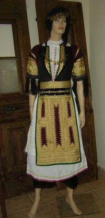 Παραδοσιακή στολή Καραγκούνας (φωτ. Αγροτικό-Λαογραφικό Μουσείο Ιτέας).
